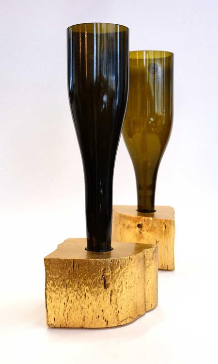 Vase aus Weinflasche mit goldenem Sockel