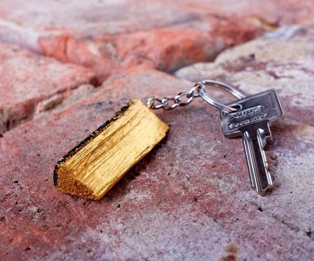 echt vergoldetes Holzscheit als Schlüsselanhänger