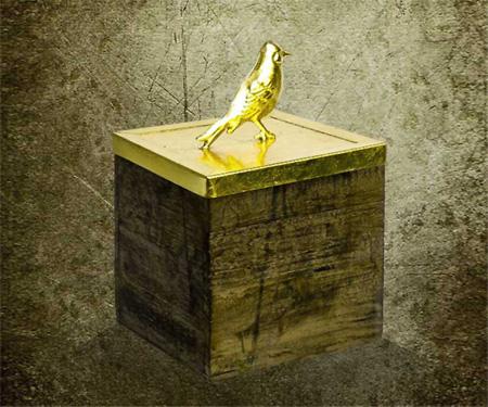 Holzbox mit vergoldetem Vogel