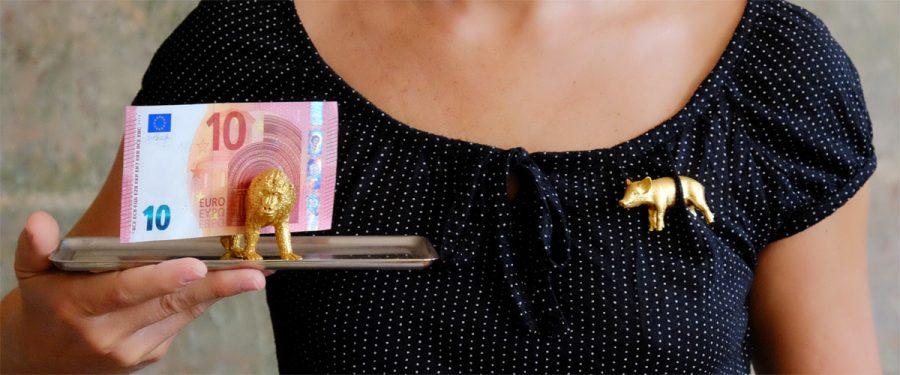 Tischkartenhalter und Brosche mit 23 Karat Blattgold belegt