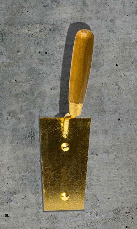 Maurerkelle vergoldet als Kleiderhaken