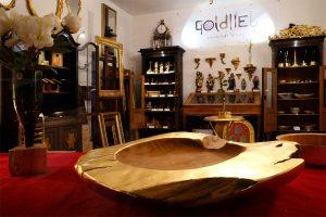 Vergoldete Designobjekte in Goldliebs Verkaufsraum und Shop in Wien
