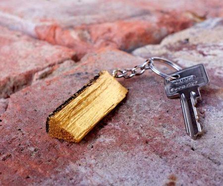 vergoldetes Holzscheit als Schlüsselanhänger